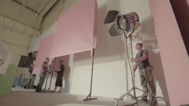Osvětlení scény filmu během natáčení. Filmování. Natáčení.