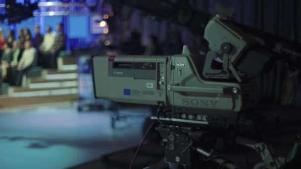 Kamera v televizním studiu během natáčení televize