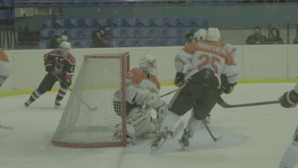 Eishockeyspiel in der Eisarena. Zeitlupe. kyiv. Ukraine