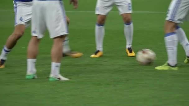 Ausbildung von Fußballern im Stadion. Aufwärmen. olimpiyskiy. kyiv. Ukraine