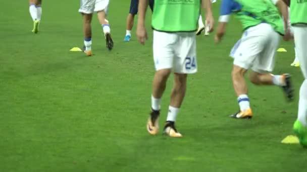 Trénink fotbalistů na stadionu. Zahřej se. Olimpiyskiy. Kyjev. Ukrajina