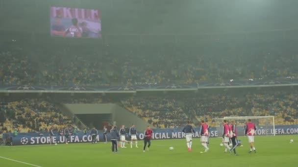 Focisták edzése a stadionban. Melegíts be. Olimpiyskiy vagyok. Kijevben. Ukrajna