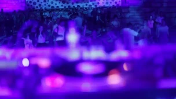 DJ hraje na večírku. Diskotéka. Festival. Radost.