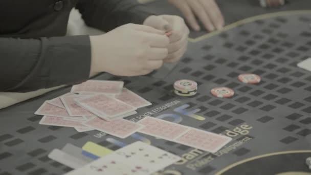 Karten beim Pokerspielen in einem Casino. Nahaufnahme. Glücksspiel