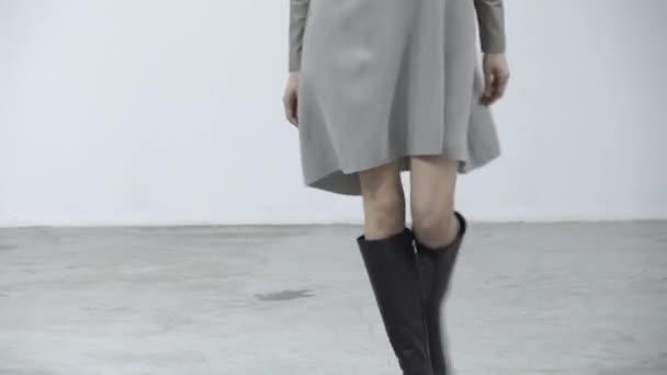 Divatbemutató. Modell a kifutón. Nő