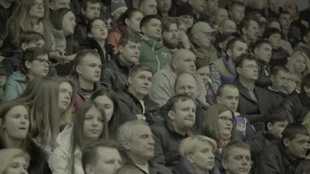 Fans während eines Eishockeyspiels. Zuschauer in der Eisarena. kyiv. Ukraine