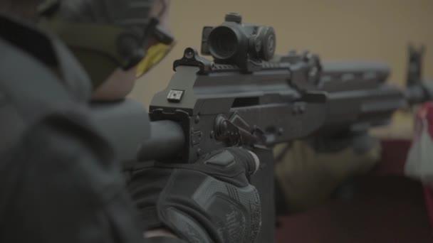 Lövöldözés. Lassú mozgás. Közelkép.