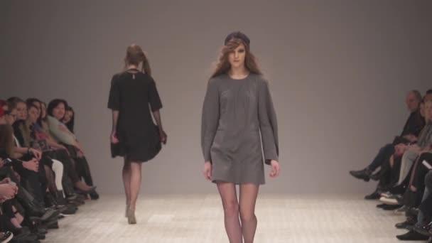 Női modell a kifutón a divatbemutatón