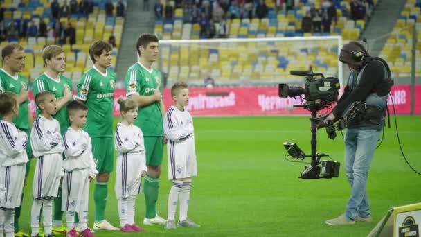 Operatőr egy kamerával a stadionban egy focimeccs alatt. Tv.