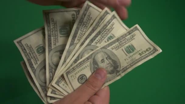 Dollars. Amerikanisches Geld in Großaufnahme auf grünem Hintergrund. 100-Dollar-Scheine. 4K. UHD. Hundert-Dollar-Scheine.