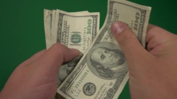 Dollars. Amerikanisches Geld in Großaufnahme auf grünem Hintergrund. 100-Dollar-Scheine. Hundert-Dollar-Scheine.