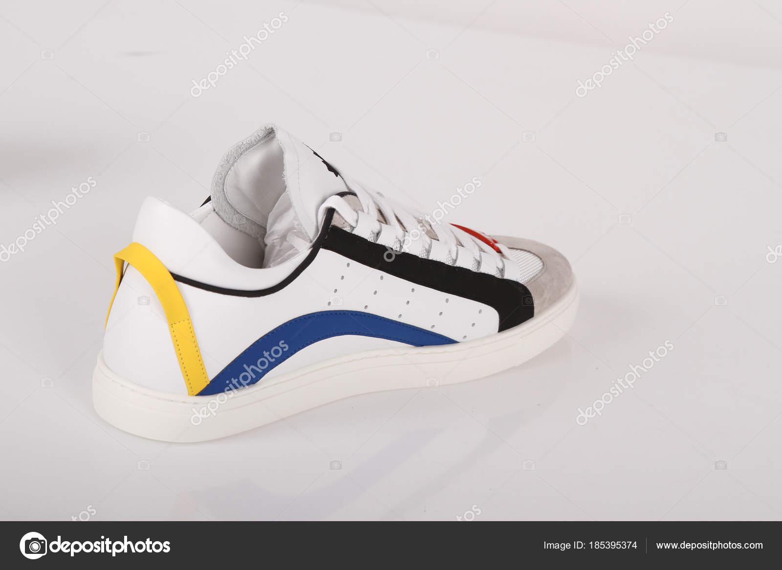 2776435d57 Divatos Márka Cipő Minőségi Gyártó Világ Divat Cipők Katalógus– stock kép