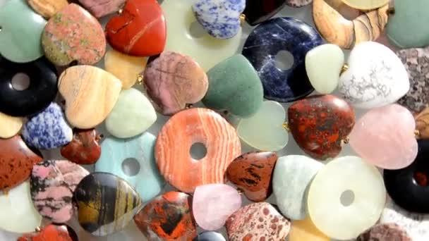 Ciambelle e cuori di pietra assortiti girare intorno