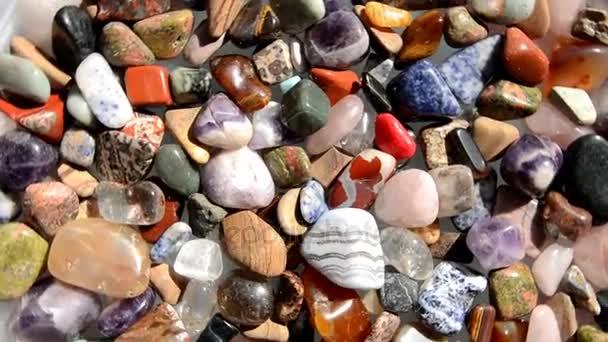 Multi-színes zuhant válogatott kövek megfordul
