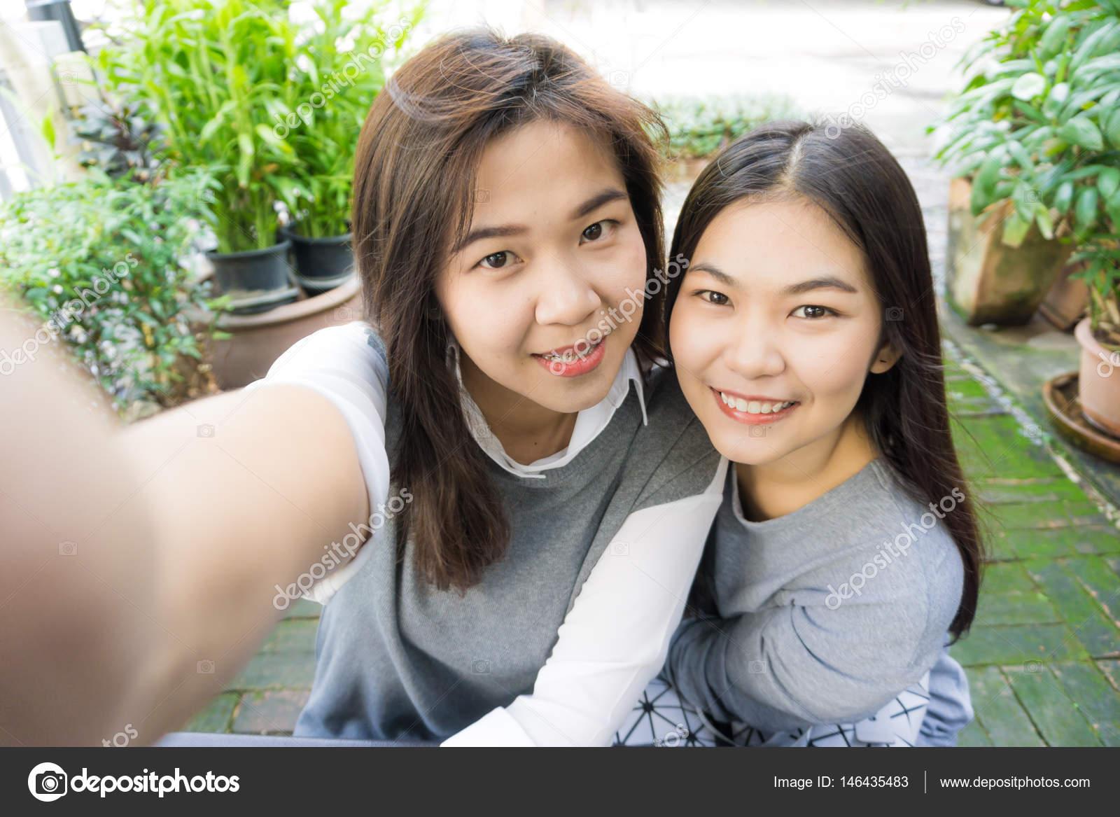 携帯電話と Selfie 公園で友情女...
