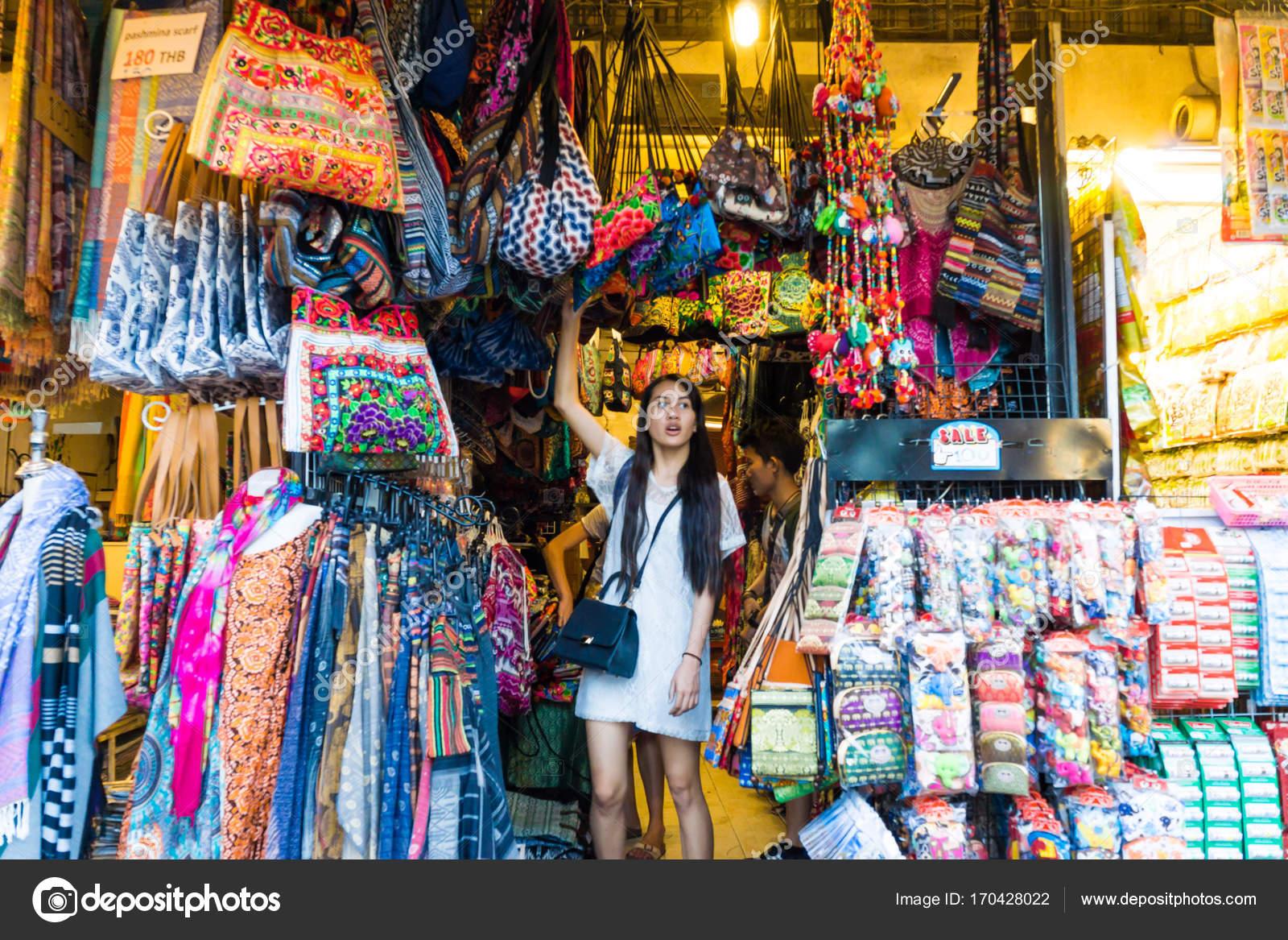 Bangkok Thailand Feb 2017 Foreign Tourist Buys Some Thai Handicraft