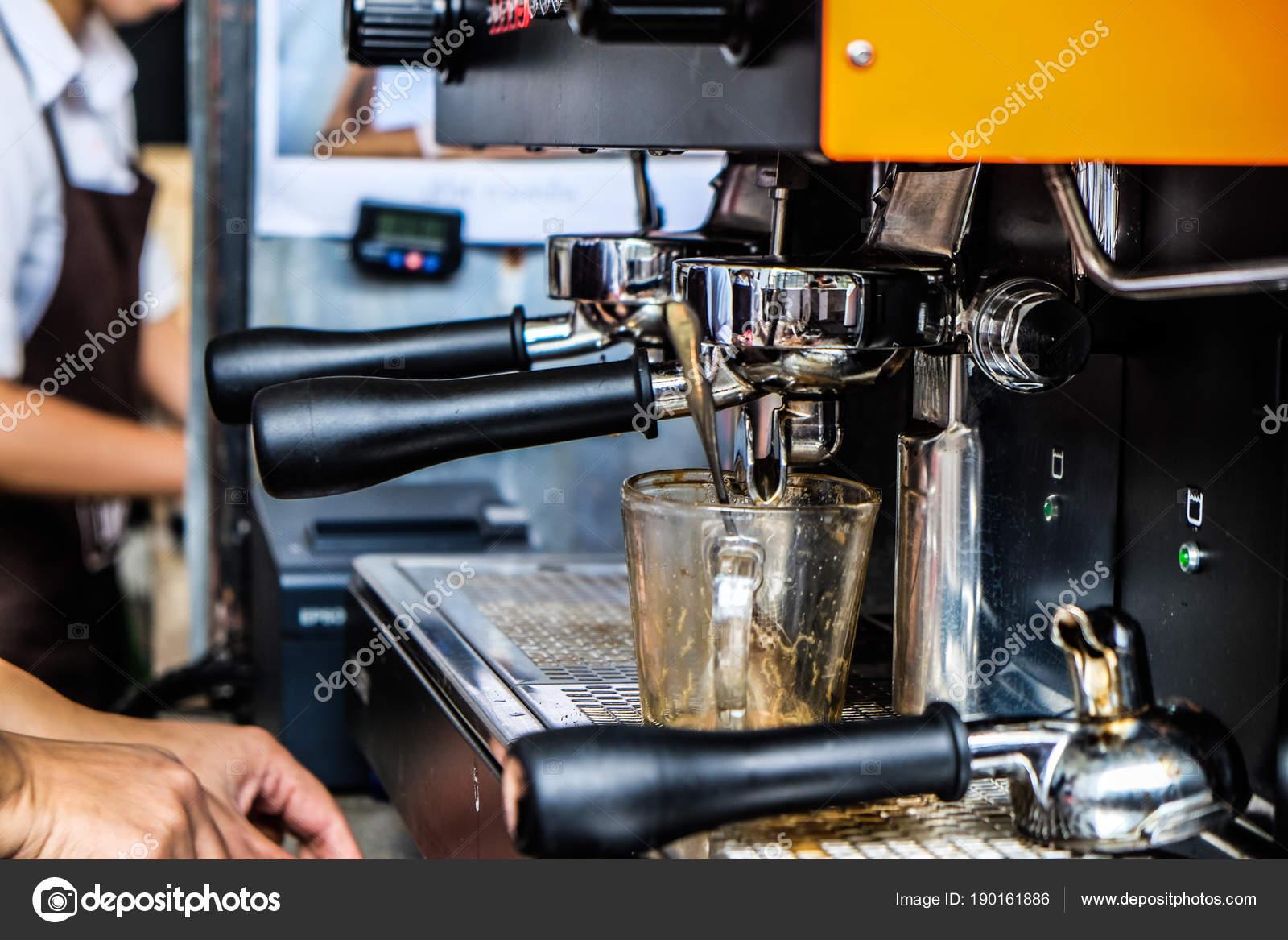 ed62c5fe021 Barista Του Cafe Κάνοντας Καφέ Προετοιμασία Βιομηχανία Ρούχων Τροφίμων Και–  εικόνα αρχείου