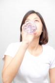 Egészséges élet ázsiai szép nők ivóvíz tiszta víz-fehér háttér