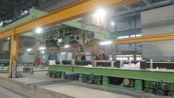 Arbeiter kontrollieren Produktion von Betonplatten