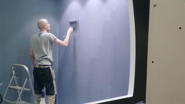 Spezialist beendet Wandmalerei macht Haus reparieren