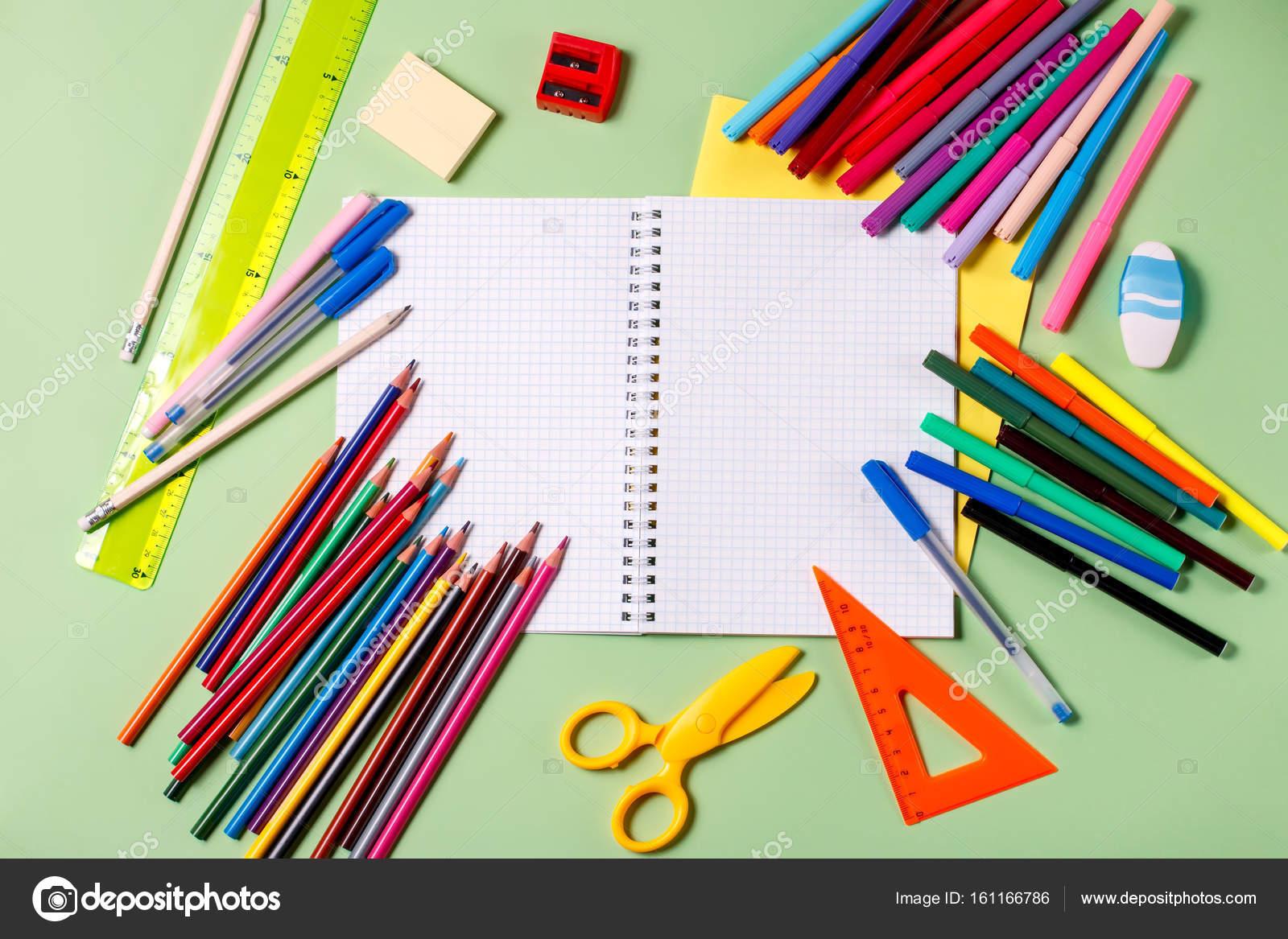 8507eb3915f Πίσω στο σχολείο έννοια. Σχολικά είδη σε παστέλ φόντο — Φωτογραφία Αρχείου