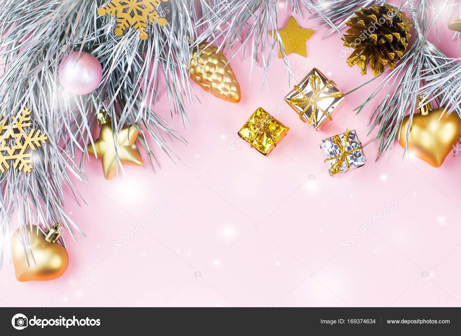 Weihnachten rahmen mit tannenzweigen nadelbaum zapfen weihnachtsschmuck auf pastell rosa - Weihnachtskugeln pastell ...