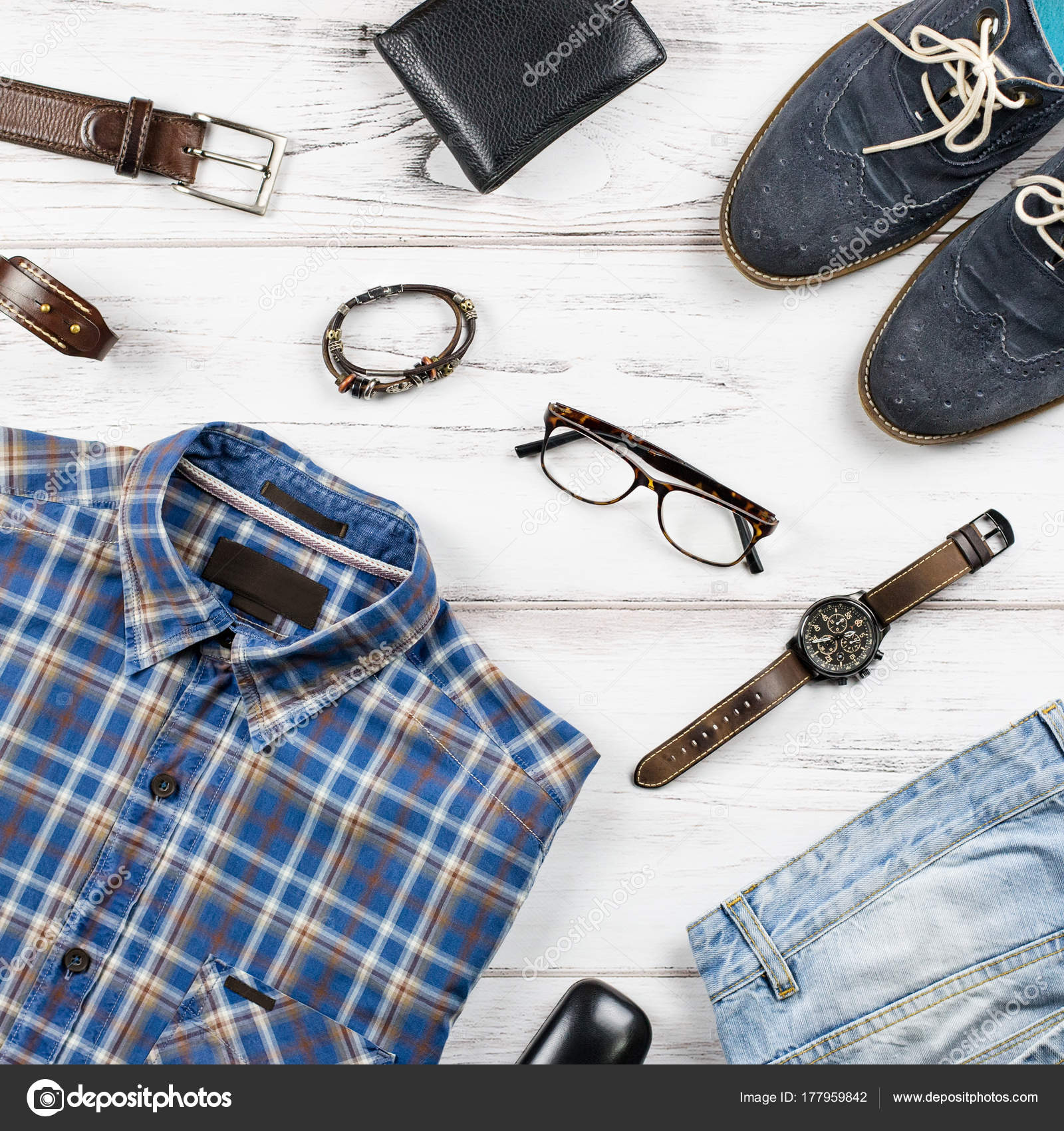 f743bee69edd Ropa casual para hombre. Ropa de moda para hombre y accesorios en fondo  blanco madera