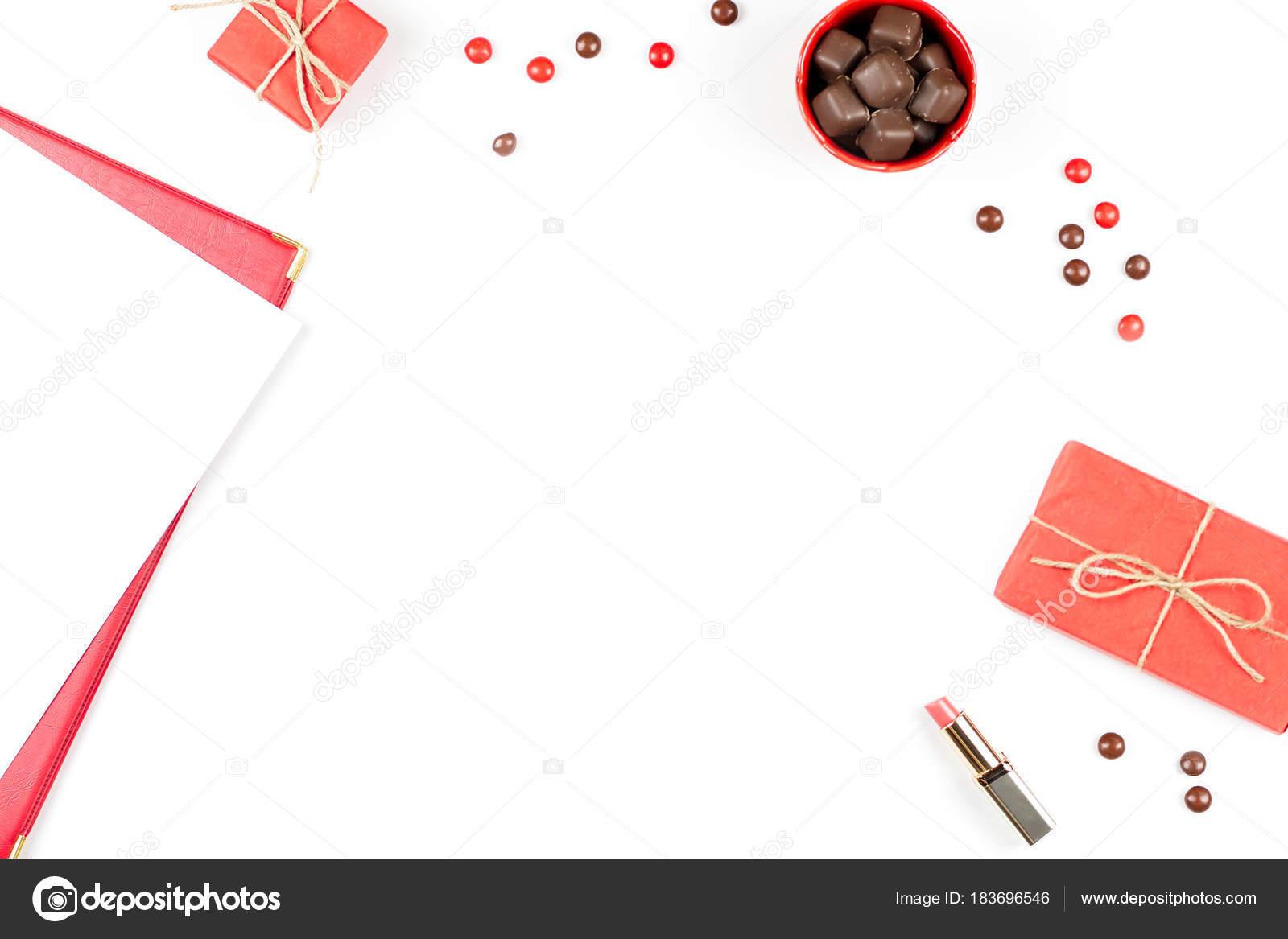 Hoja de papel, caja de regalo, dulces chocolate, barra de labios ...