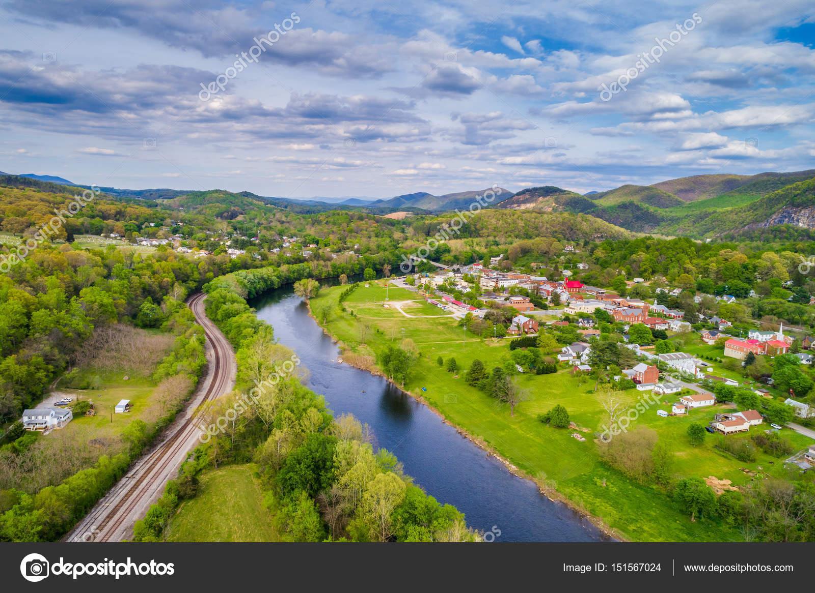 鸟瞰图的詹姆斯河和山景观 Surroundin