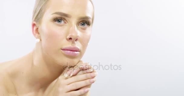 Studiový portrét modelu mladá žena s dlouhými blonďatými vlasy