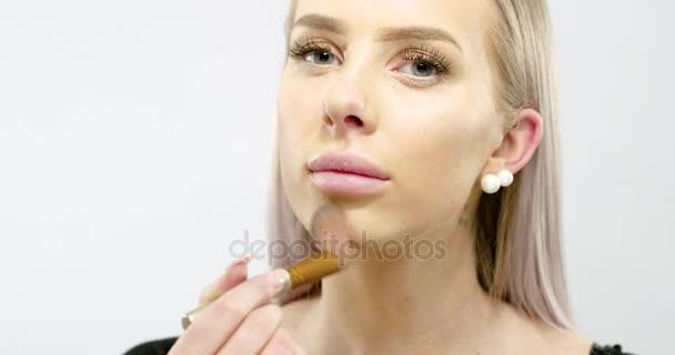 Gyönyörű fiatal nőt alkalmazó száraz kozmetikai tonális Alapítvány