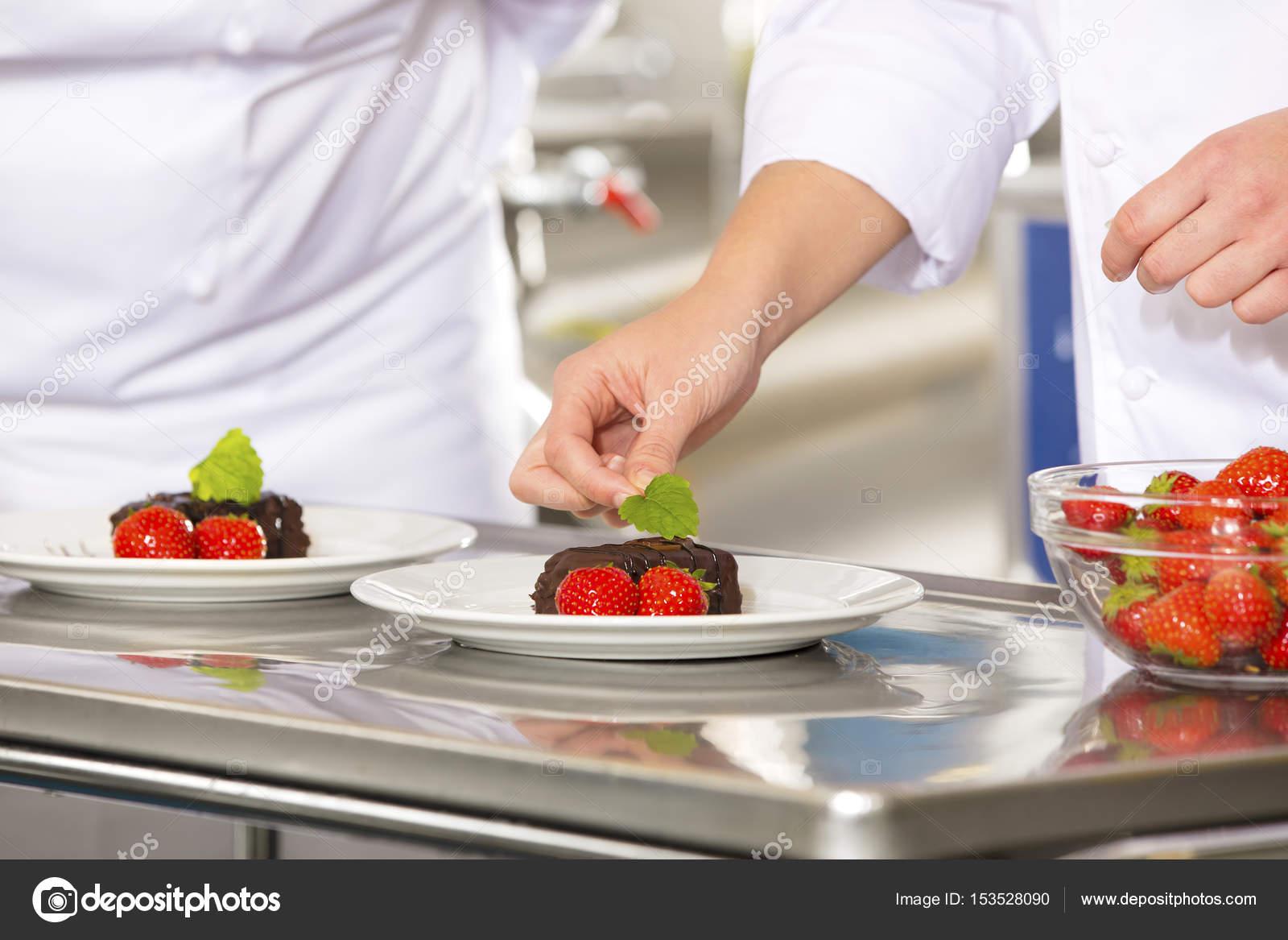 Chef profesional de cocina decorar pastel de postre con fresa ...