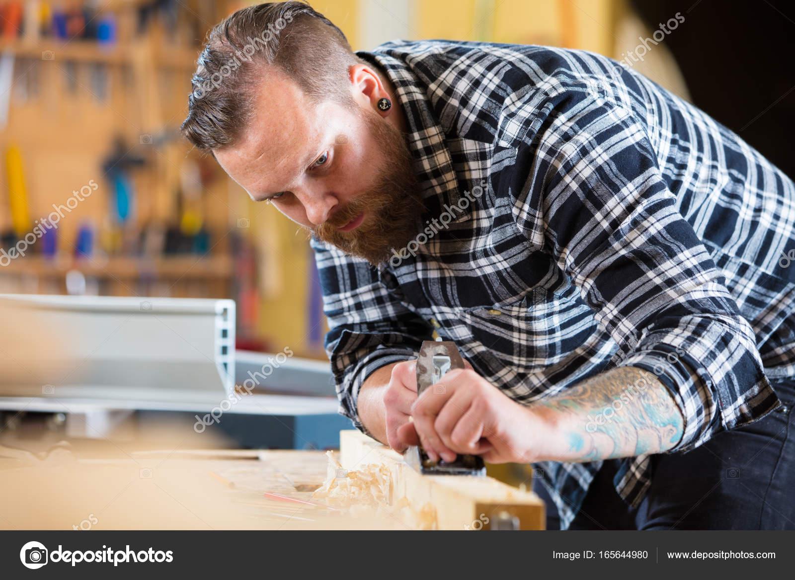 Menuisier Travaille Avec Plan Sur Planche De Bois En Atelier