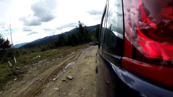 Jízdy na horské venkovské silnici