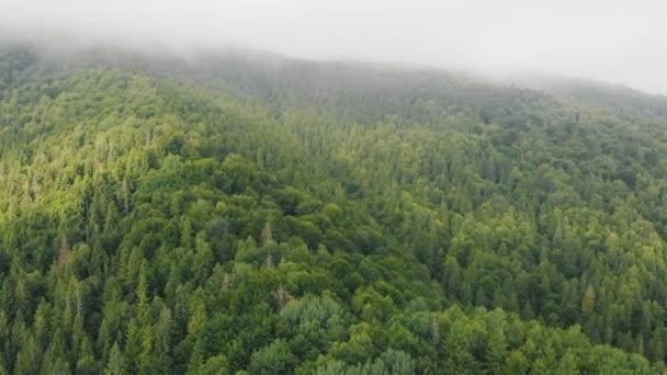Létající dron nad krásnými horami mezi mraky.