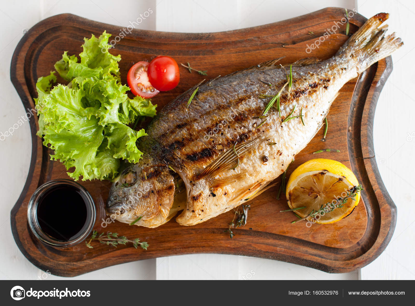 レモン サラダ ソース チェリー トマトの木の板の魚ドラド グリル