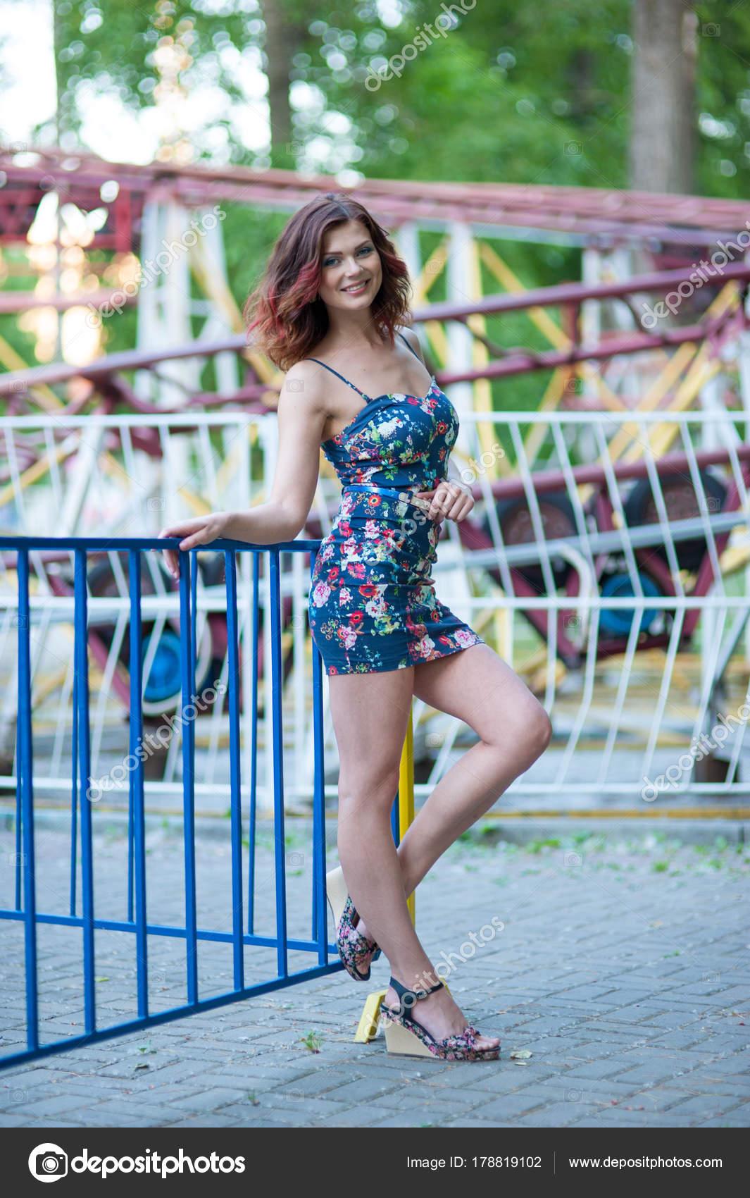 Красивая брюнетка в сексуальном коротком платье фото — pic 15