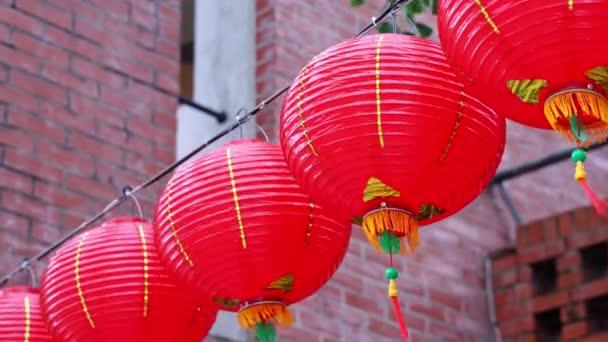 schöne runde rote Laterne hängen auf alten traditionellen Straße, Konzept der chinesischen Mond-Neujahrsfest, aus nächster Nähe. das unterschätzte Wort bedeutet Segen.