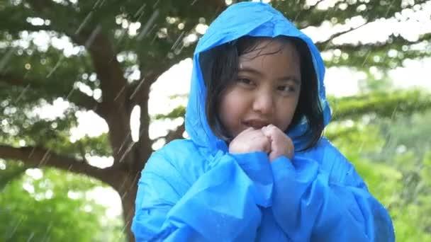 4k: Zeitlupe kleines asiatisches Kind krank mit Grippe Niesen im Regen