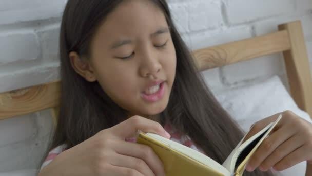 4k: asijské preteen girl čtení příběh knihy na postel