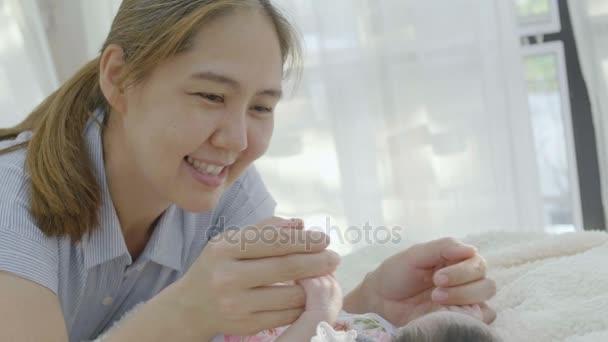 4 k zpomalené Happy Asijská matka hraje s dcerou novorozené dítě doma, chvíle štěstí asijské rodiny