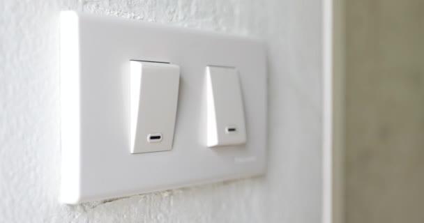 Close-up-Clips des Mannes hatte Licht drehen, ein- und ausschalten, Hand tastend Wand, um den Lichtschalter zu finden, in 4k video gedreht