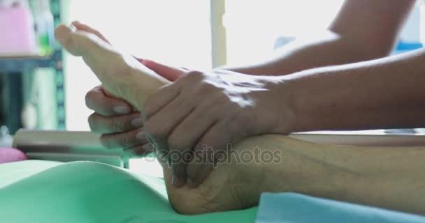 Boční úhel thai foot masáž. Fyzikální terapie na ruce pacientovi