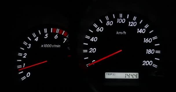 Detail přístrojové a ujeté vzdálenosti, vystupňováním rychloměru a otáčkoměru