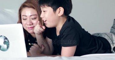 Видео сын показывает матери