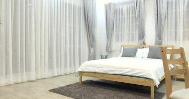 Decoratie in de slaapkamer interieur u stockvideo footageshot