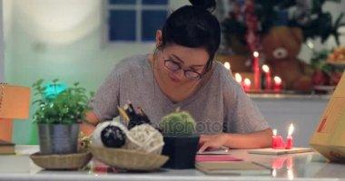 Nő, karácsonyi vagy más holiday kézzel készített ajándék csomagolás papír. Így íj díszdobozban