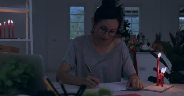Žena, balicí vánoční nebo jiné holiday ručně vyrobený dárek do papíru. Aby luk v dárkovém balení