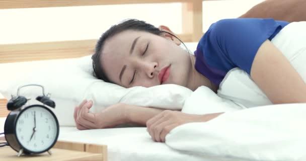Docela Asijské žena odmítá probudit ležící na posteli