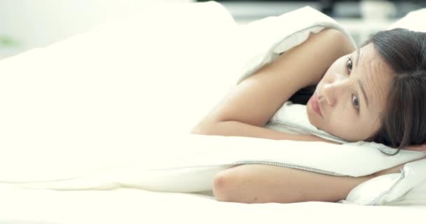 mladá krásná žena spí na posteli v ložnici .
